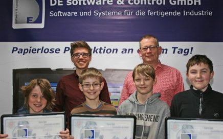 Fritz Steininger überreichte den Schülern drei Roboter