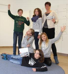 Theaterpädagogin Christine Hötschl (stehend, rechts) macht an der Montessorischule schonmal Werbung für die Ferienakademie und lässt die Schüler verschiedene Posen ausprobieren. Mitmachen können aber Kinder und Jugendliche aller Schulen im Landkreis, die zwischen zehn und 15 Jahren alt sind.