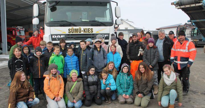 Montessori-Klasse 5/6 mit den Mitarbeiter der SÜMÜ-Kies