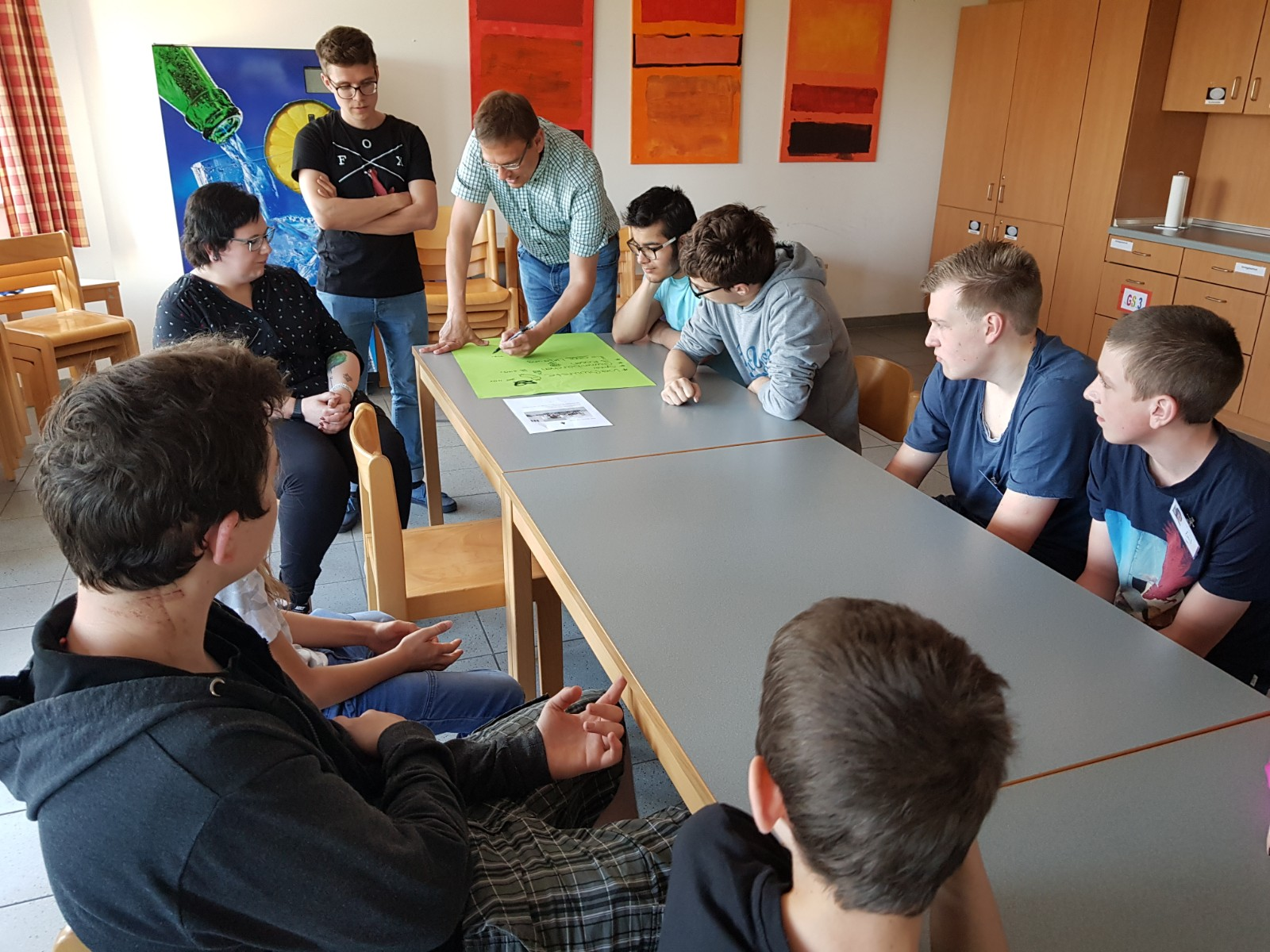 Reifer italienischer Lehrer mit Studenten
